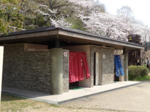長野公園のトイレに暖簾が